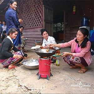 31----Mimi-Moto-Laos-making-fried-banana-