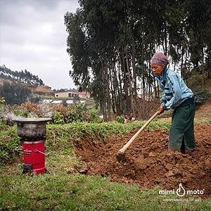 32----Mimi-Moto-Rwanda-cooking-on-the-field-